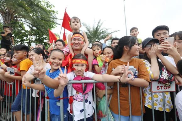 Hàng ngàn người hâm mộ đổ ra đường đón Đoàn thể thao Việt Nam ảnh 43