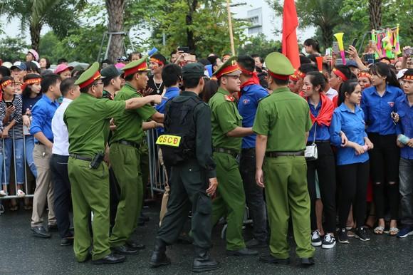 Hàng ngàn người hâm mộ đổ ra đường đón Đoàn thể thao Việt Nam ảnh 19