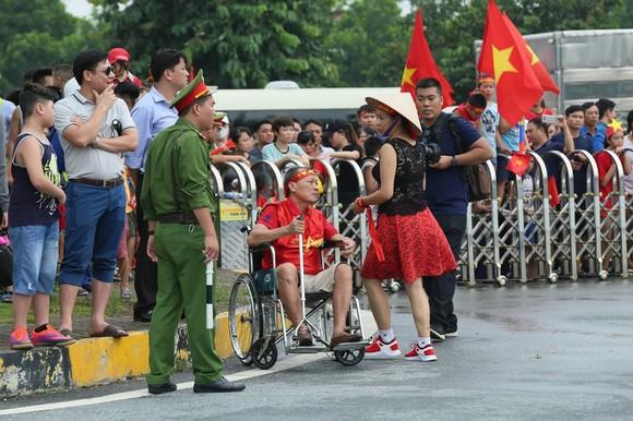 Hàng ngàn người hâm mộ đổ ra đường đón Đoàn thể thao Việt Nam ảnh 44