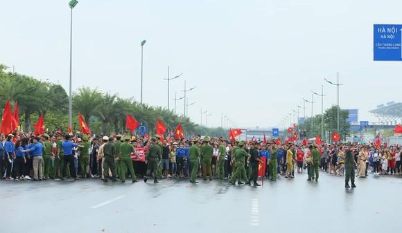 Hàng ngàn người hâm mộ đổ ra đường đón Đoàn thể thao Việt Nam ảnh 17