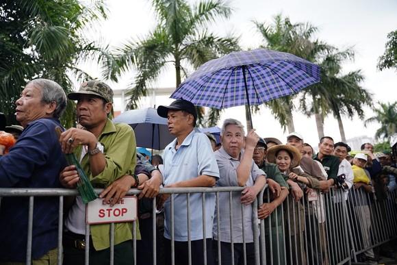 Hàng trăm thương binh đội mưa xếp hàng để đăng ký mua vé trận Việt Nam-Thái Lan