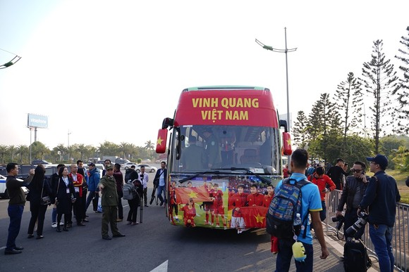 Người hâm mộ có mặt rất sớm đón các cầu thủ U22 và đội tuyển nữ Việt Nam ảnh 5