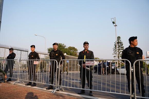 Người hâm mộ có mặt rất sớm đón các cầu thủ U22 và đội tuyển nữ Việt Nam ảnh 15