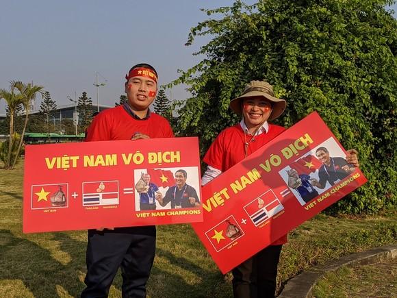 Người hâm mộ có mặt rất sớm đón các cầu thủ U22 và đội tuyển nữ Việt Nam ảnh 1