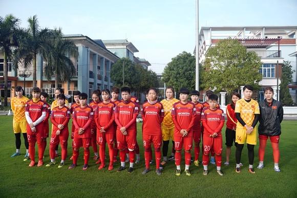 Hội Nhà báo TPHCM trao 400 triệu đồng cho Đội tuyển nữ Việt Nam ảnh 1