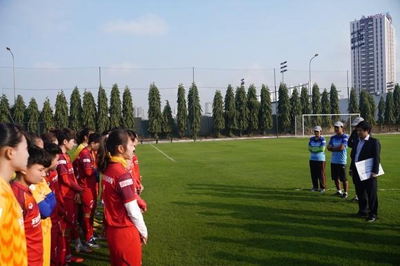 Hội Nhà báo TPHCM trao 400 triệu đồng cho Đội tuyển nữ Việt Nam ảnh 2