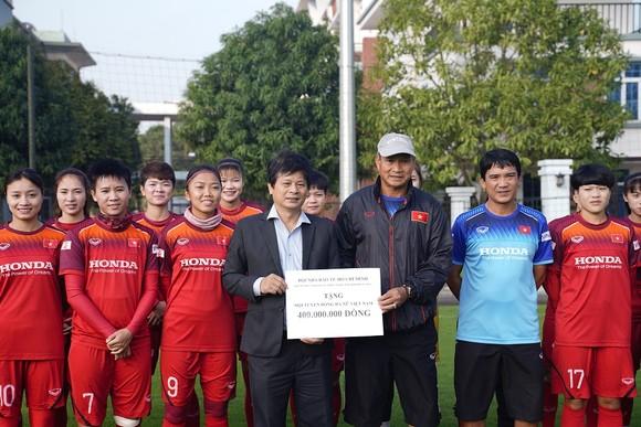 Hội Nhà báo TPHCM trao 400 triệu đồng cho Đội tuyển nữ Việt Nam ảnh 4