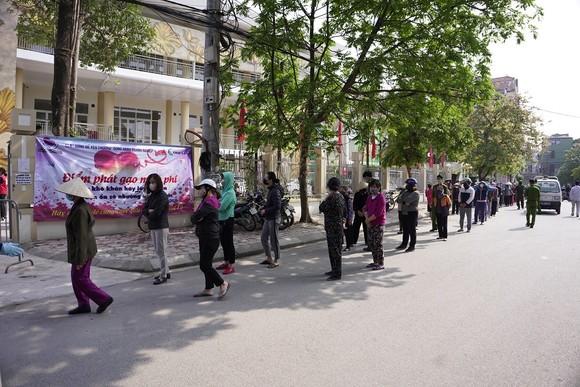 Thêm điểm phát gạo miễn phí cho người khó khăn ở Hà Nội ảnh 6