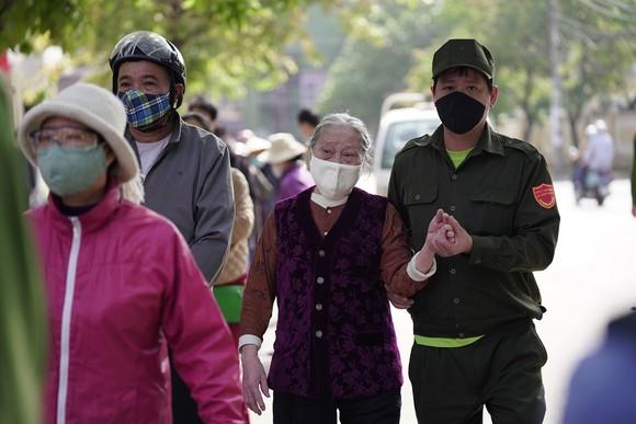 Thêm điểm phát gạo miễn phí cho người khó khăn ở Hà Nội ảnh 7