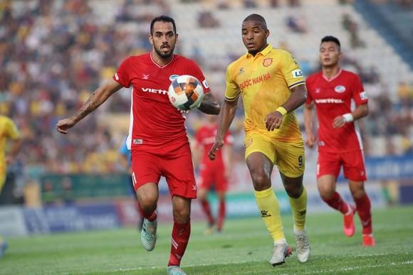Nam Định bị trừng phạt với tấm thẻ đỏ, thất thủ trước Viettel