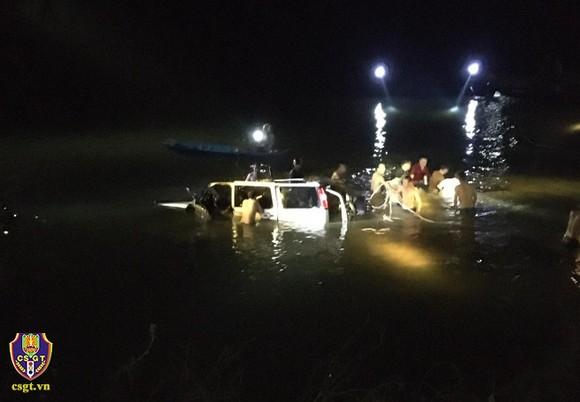 Làm rõ nguyên nhân ban đầu vụ ô tô lao xuống sông trong đêm, 5 người thiệt mạng ảnh 1