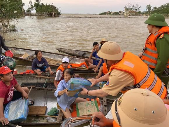Cán bộ, chiến sĩ CSGT tham gia ủng hộ đồng bào miền Trung khắc phục bão lũ ảnh 2