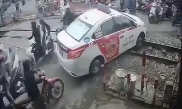 Tài xế taxi cố tình vượt đường sắt. Ảnh cắt từ clip