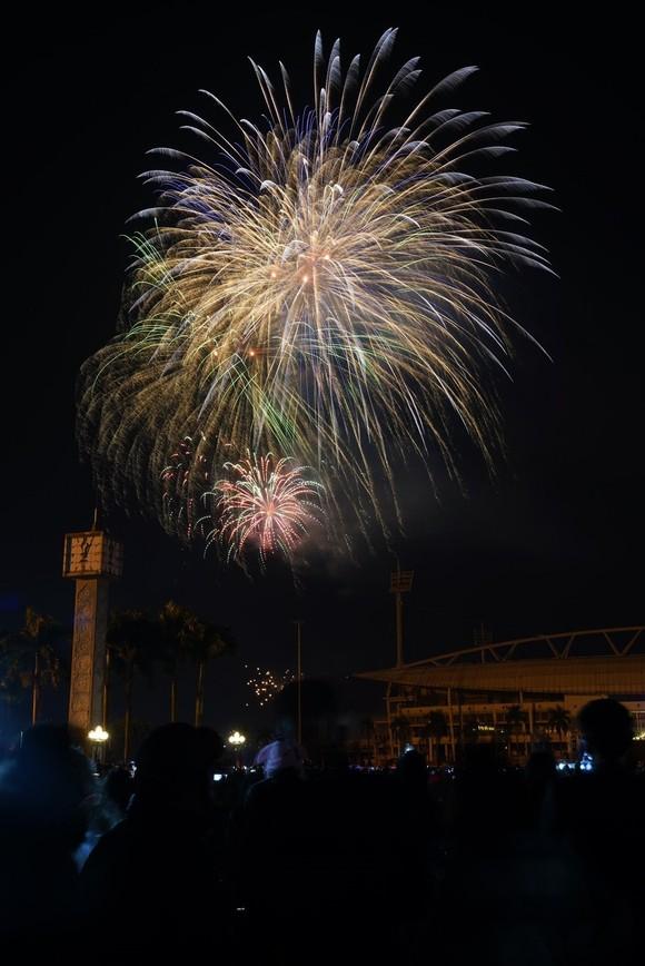 Mãn nhãn với màn pháo hoa chào đón năm mới tại Hà Nội ảnh 4