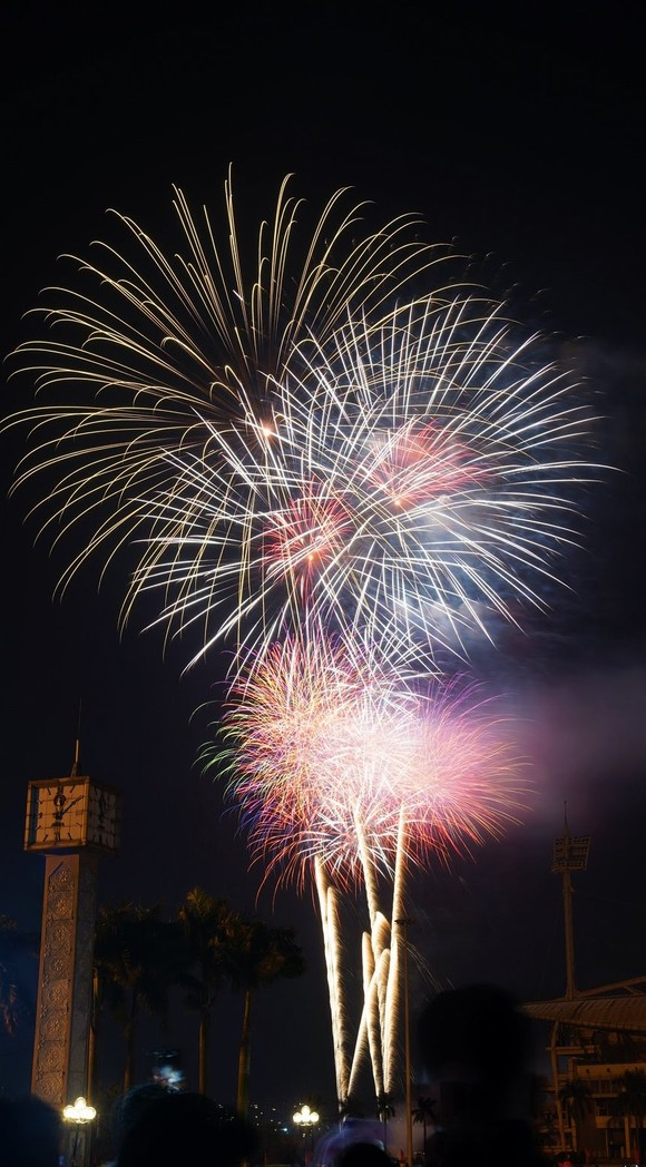Mãn nhãn với màn pháo hoa chào đón năm mới tại Hà Nội ảnh 5