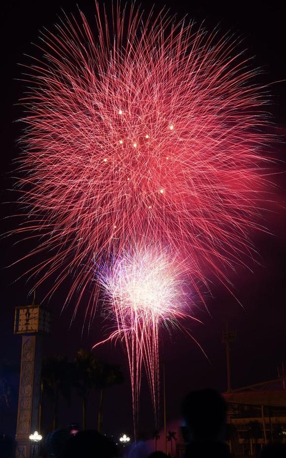 Mãn nhãn với màn pháo hoa chào đón năm mới tại Hà Nội ảnh 11