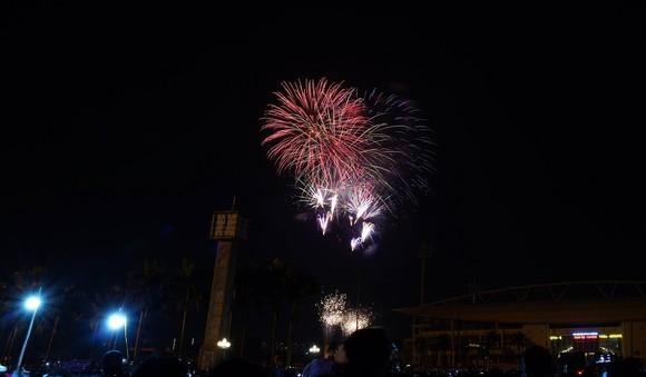 Mãn nhãn với màn pháo hoa chào đón năm mới tại Hà Nội ảnh 14