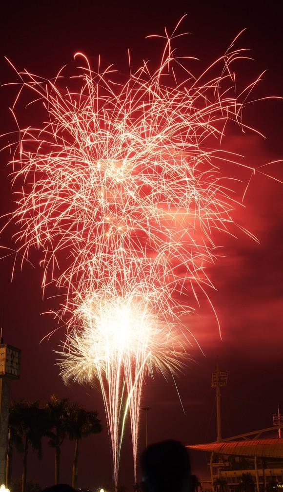 Mãn nhãn với màn pháo hoa chào đón năm mới tại Hà Nội ảnh 13