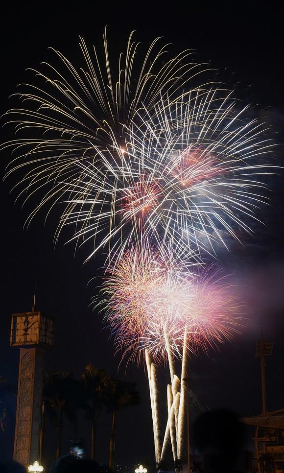 Mãn nhãn với màn pháo hoa chào đón năm mới tại Hà Nội ảnh 15