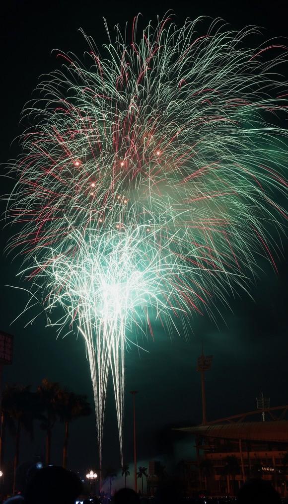 Mãn nhãn với màn pháo hoa chào đón năm mới tại Hà Nội ảnh 17