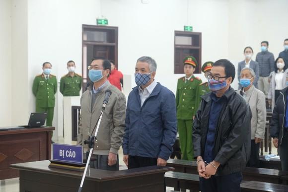 Vắng 3 bị cáo, hoãn phiên toà xét xử ông Vũ Huy Hoàng ảnh 6