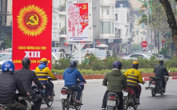 Đường phố Hà Nội 'thay áo mới' chào mừng Đại hội Đảng lần thứ XIII ảnh 14