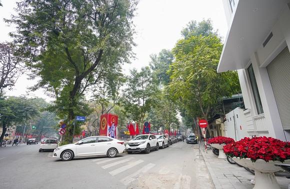 Đường phố Hà Nội 'thay áo mới' chào mừng Đại hội Đảng lần thứ XIII ảnh 22