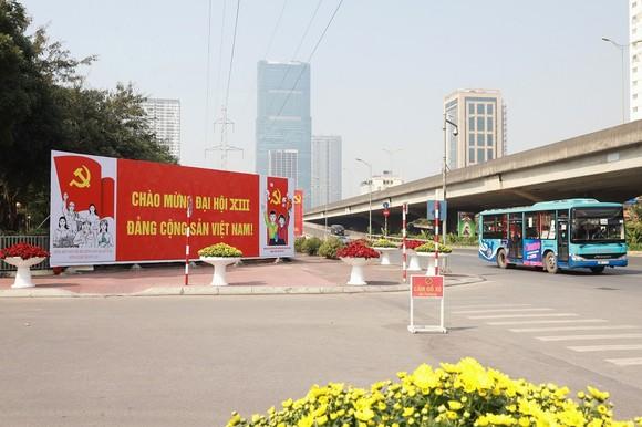 Đường phố Hà Nội 'thay áo mới' chào mừng Đại hội Đảng lần thứ XIII ảnh 5