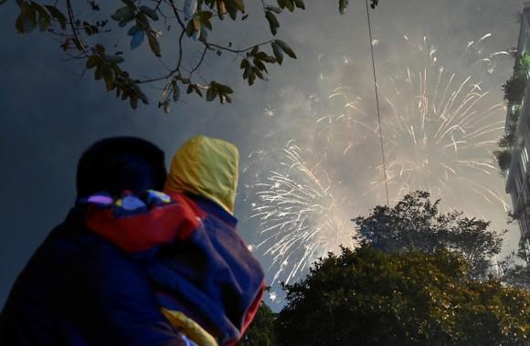Màn pháo hoa tầm cao chào năm mới duy nhất ở Hà Nội ảnh 1