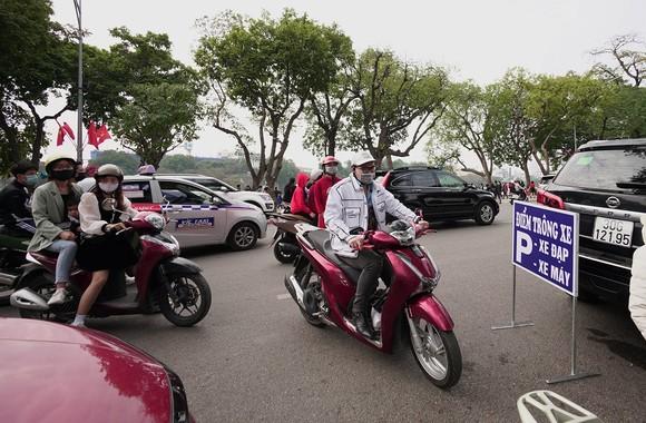 Hàng nghìn người du xuân ở hồ Hoàn Kiếm ảnh 4