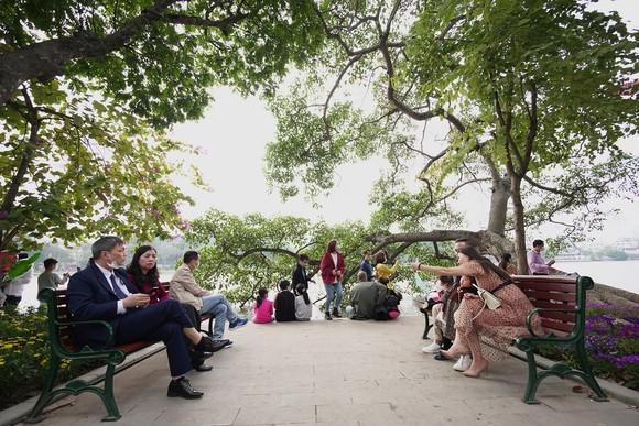 Hàng nghìn người du xuân ở hồ Hoàn Kiếm ảnh 8
