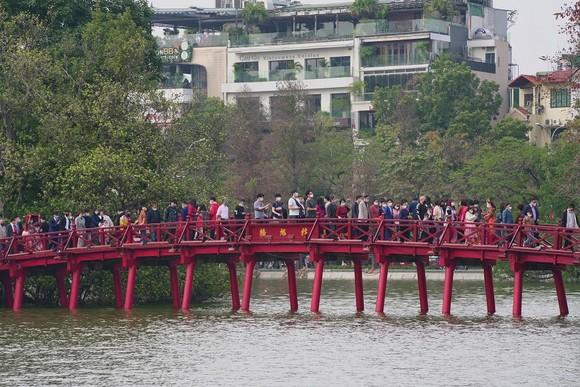Hàng nghìn người du xuân ở hồ Hoàn Kiếm ảnh 15