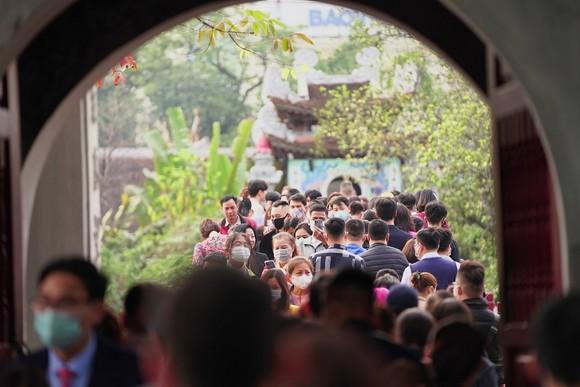 Hàng nghìn người du xuân ở hồ Hoàn Kiếm ảnh 13