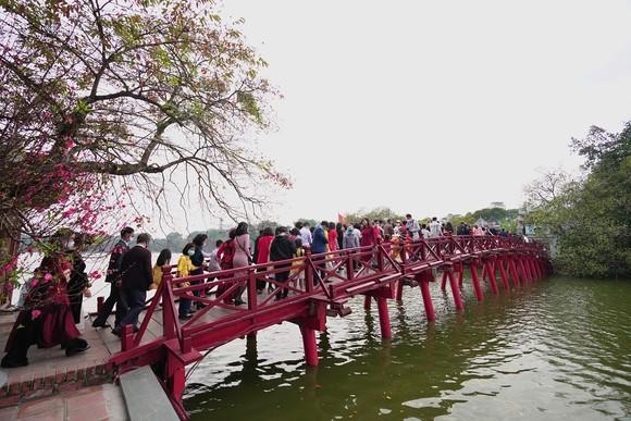 Hàng nghìn người du xuân ở hồ Hoàn Kiếm ảnh 16