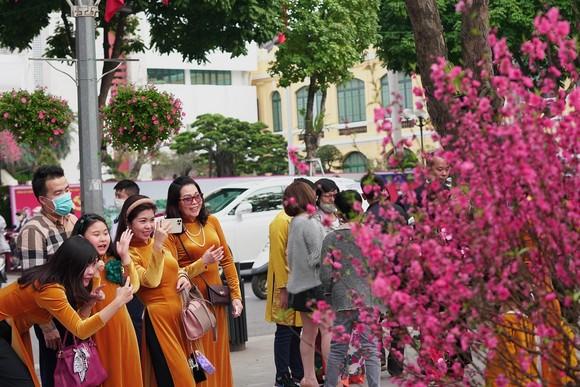 Hàng nghìn người du xuân ở hồ Hoàn Kiếm ảnh 11