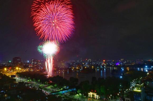Màn pháo hoa tầm cao chào năm mới duy nhất ở Hà Nội ảnh 4