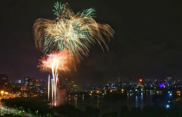 Màn pháo hoa tầm cao chào năm mới duy nhất ở Hà Nội ảnh 5