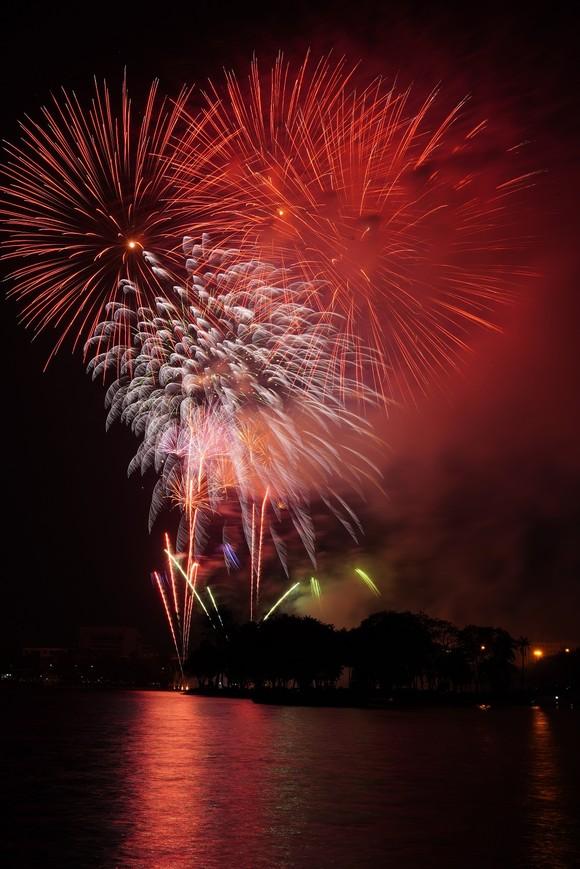 Màn pháo hoa tầm cao chào năm mới duy nhất ở Hà Nội ảnh 9