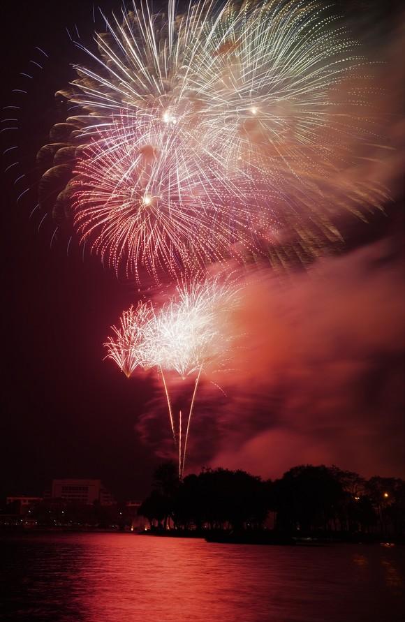 Màn pháo hoa tầm cao chào năm mới duy nhất ở Hà Nội ảnh 14