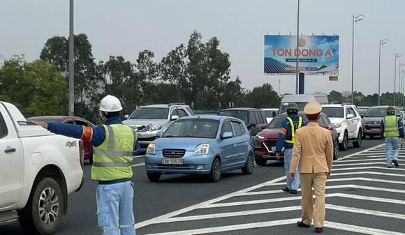 Lưu lượng giao thông tăng nhẹ do người dân đi du xuân đầu năm ảnh 1