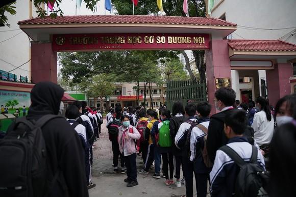 Học sinh Hà Nội đi học trở lại, giao thông ùn ứ cục bộ ảnh 6