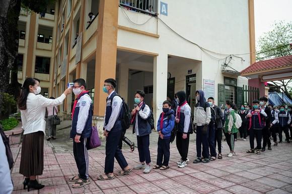 Học sinh Hà Nội đi học trở lại, giao thông ùn ứ cục bộ ảnh 7