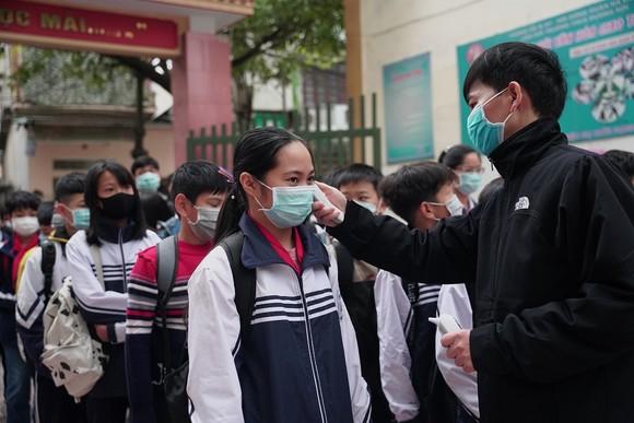 Học sinh Hà Nội đi học trở lại, giao thông ùn ứ cục bộ ảnh 8