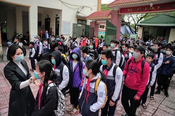 Học sinh Hà Nội đi học trở lại, giao thông ùn ứ cục bộ ảnh 9