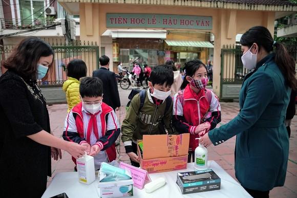 Học sinh Hà Nội đi học trở lại, giao thông ùn ứ cục bộ ảnh 2
