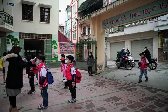 Học sinh Hà Nội đi học trở lại, giao thông ùn ứ cục bộ ảnh 4