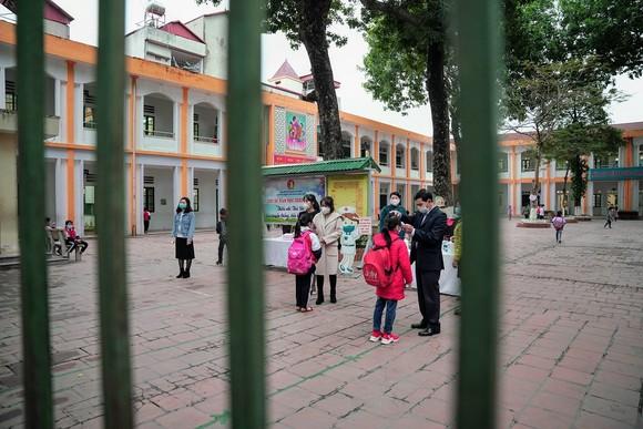Học sinh Hà Nội đi học trở lại, giao thông ùn ứ cục bộ ảnh 3