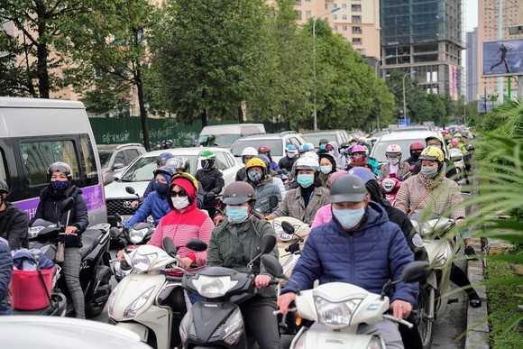 Học sinh Hà Nội đi học trở lại, giao thông ùn ứ cục bộ ảnh 20