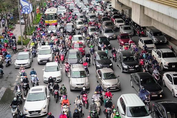 Học sinh Hà Nội đi học trở lại, giao thông ùn ứ cục bộ ảnh 14