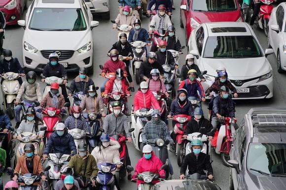 Học sinh Hà Nội đi học trở lại, giao thông ùn ứ cục bộ ảnh 15